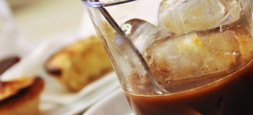 Un caffè in ghiaccio con latte di mandorla!